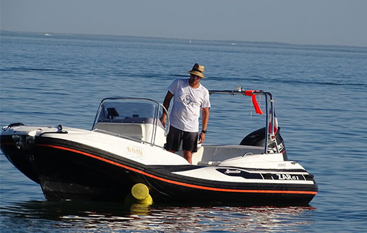 Homme sur un hors bord en mer